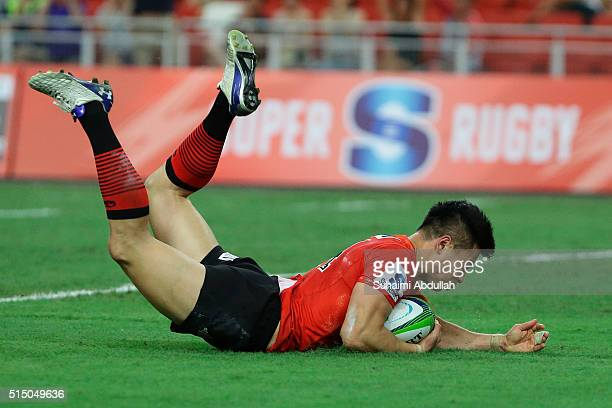 Akihito Yamada of the Sunwolves scores a try during the round three Super Rugby match between the Japan Sunwolves and the Cheetahs at Singapore...