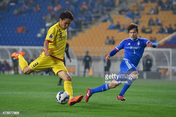 Akimi Barata of Kashiwa Raysol scores the first goal during the AFC Champions League Round of 16 match between Suwon Samsung FC and Kashiwa Reysol at...