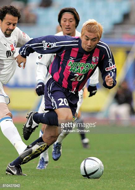 Akinori Nishizawa of Cerezo Osaka in action during the JLeague match between Cerezo Osaka and Oita Trinita at the Nagai Stadium on November 23 2005...