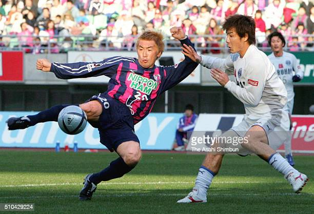 Akinori Nishizawa of Cerezo Osaka shoots at goal during the JLeague match between Cerezo Osaka and Oita Trinita at the Nagai Stadium on November 23...