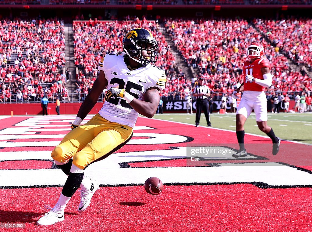 Akrum Wadley #25 of the Iowa Hawkeyes scores the game winning touchdown agianst the Rutgers Scarlet Knights at High Point Solutions Stadium on September 24, 2016 in Piscataway, New Jersey.The Iowa Hawkeyes defeated the Rutgers Scarlet Knights 14-7.
