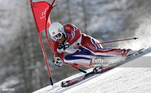Aksel Lund Svindal of Norway competes in the Mens Alpine Skiing Giant Slalom competition on Day 10 of the 2006 Turin Winter Olympic Games on February...