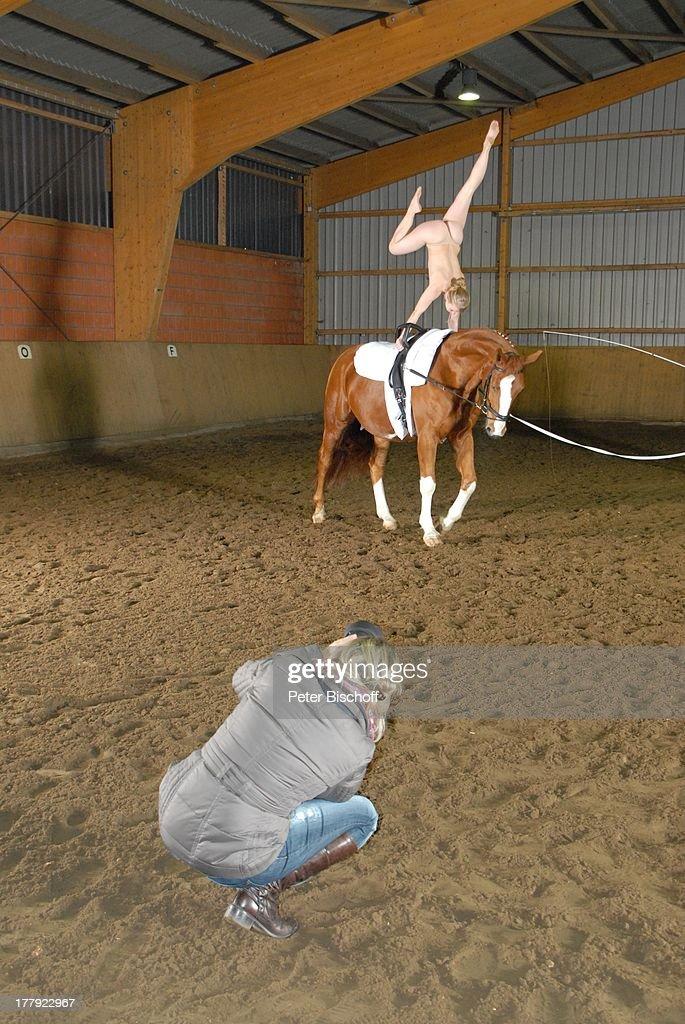 Nackt auf pferd