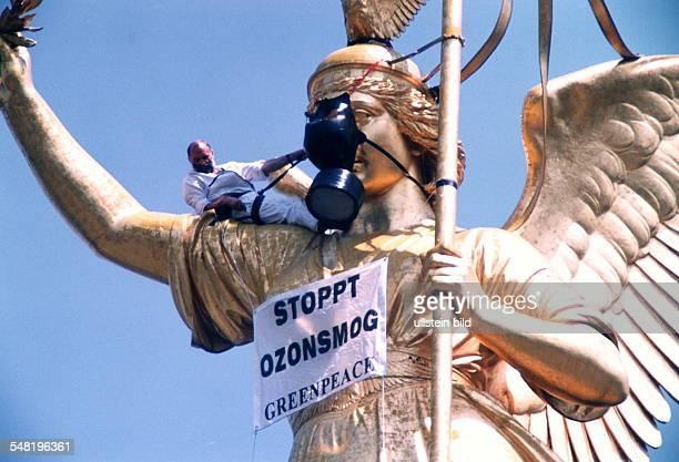 Aktion auf der Siegessäule in Berlin gegen die Ozonpolitik der Bundesregierung