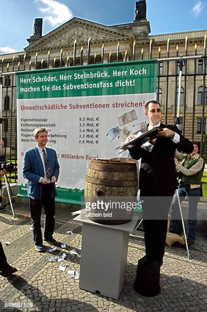 'Subventionsfass dicht machen Umweltschädliche Subventionen abbauen'Mitarbeiter des Bund für Umwelt und Naturschutz Deutschland versenken symbolisch...