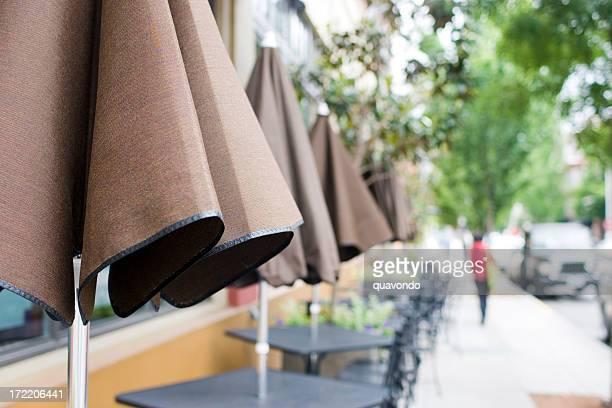 屋外ダイニングテーブルは、パラソルとダウンタウン、コピースペース