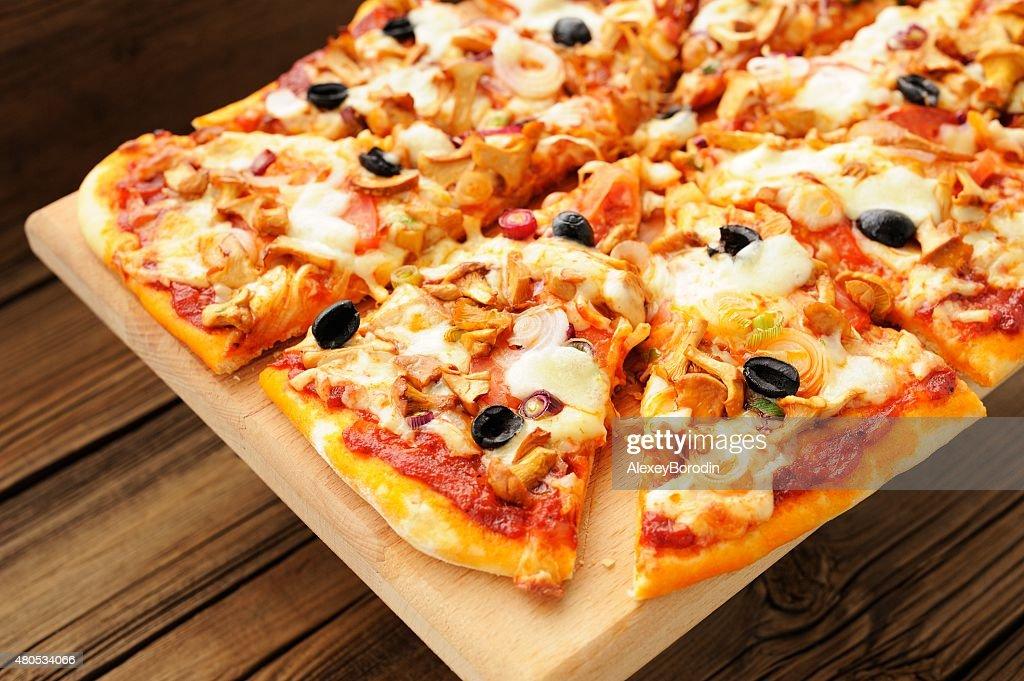 Al funghi pizza mit Oliven Schnitt in Bereichen : Stock-Foto