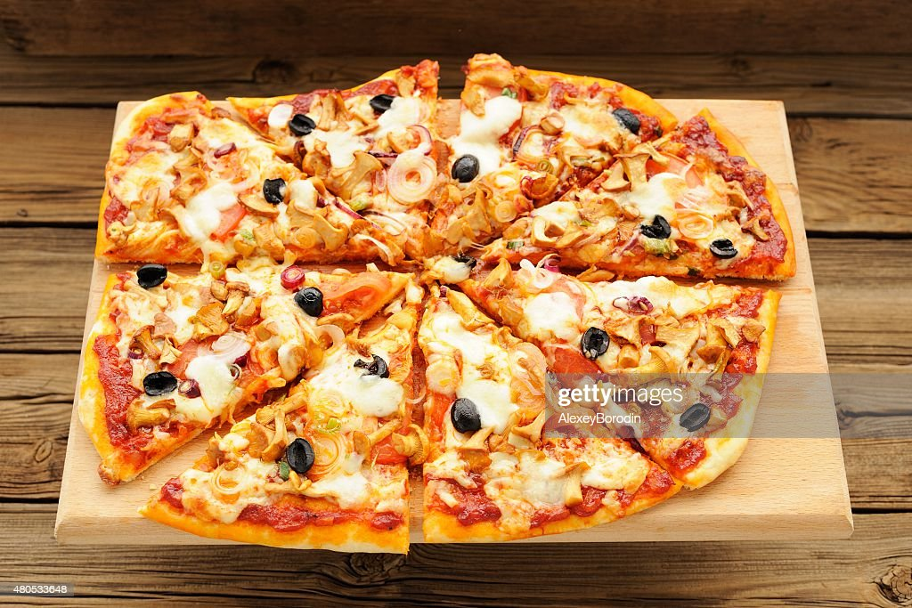 Al funghi pizza with olives cut : Stockfoto