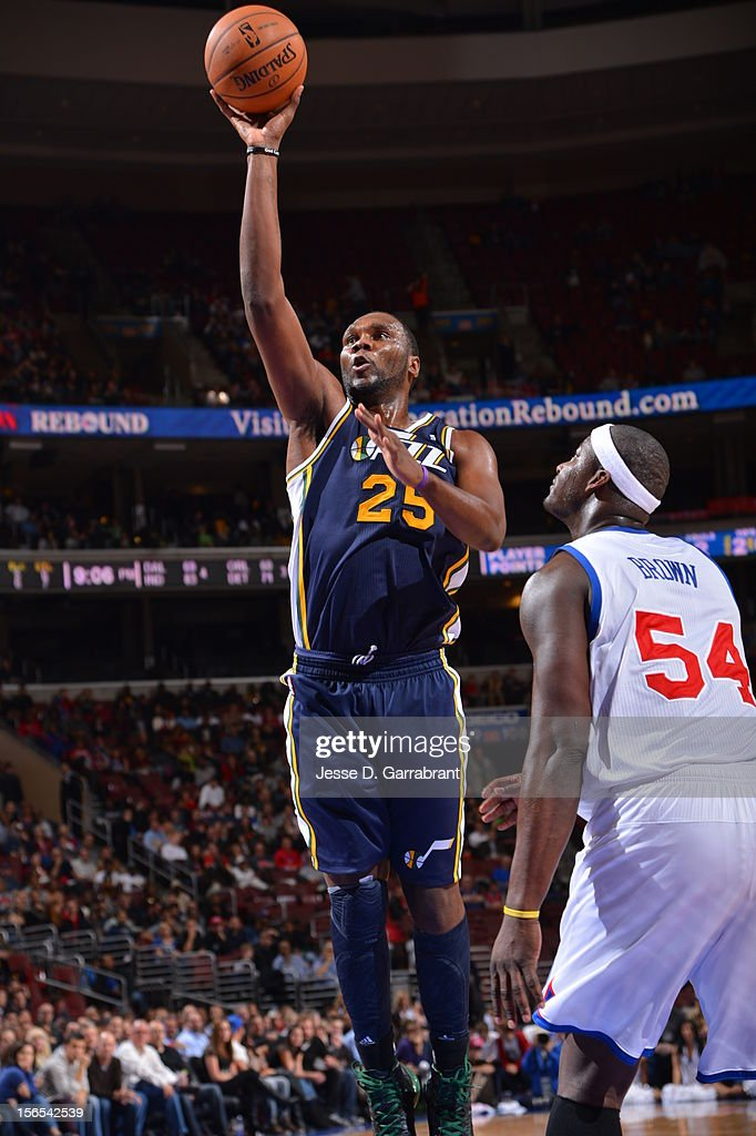 Al Jefferson #25 of the Utah Jazz shoots against the Philadelphia 76ers at the Wells Fargo Center on November 16, 2012 in Philadelphia, Pennsylvania.