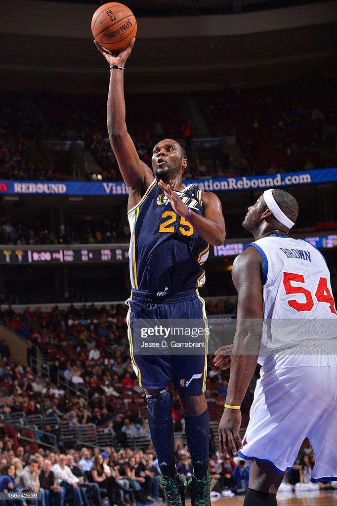 Al Jefferson #25 of the Utah Jazz shoots against the Philadelphia 76ers at the Wells Fargo Center on November 16, 2012 in Philadelphia, Pennsylvania.