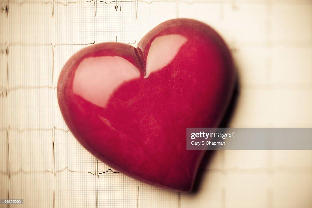 Alabaster heart on EKG readout : Stock Photo