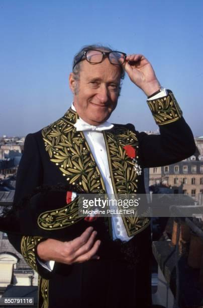 Alain Decaux écrivain biographe homme de télévision et de radio et académicien français en habit d'académicien à Paris en février 1980 France