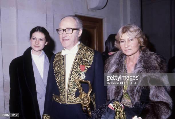 Alain Decaux écrivain biographe homme de télévision et de radio et académicien français en compagnie de sa femme et de sa fille à Paris en février...