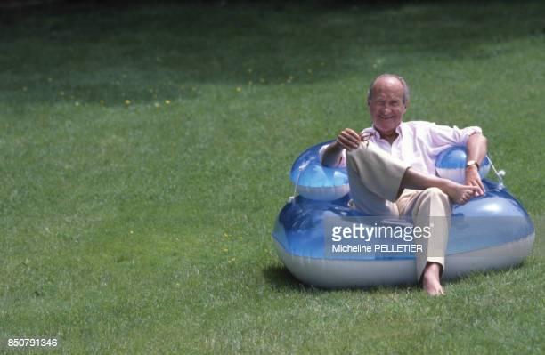 Alain Decaux écrivain biographe homme de télévision et de radio et académicien français en vacances en mai 1987 France
