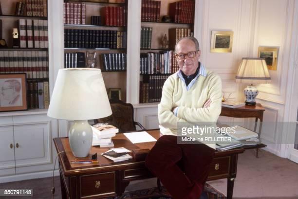 Alain Decaux écrivain biographe homme de télévision et de radio et académicien français chez lui à Paris en février 1988 France
