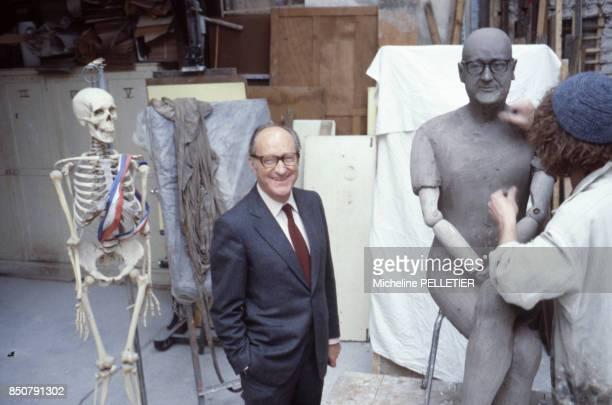 Alain Decaux écrivain biographe homme de télévision et de radio et académicien français pose pour un sculpteur en France circa 1980