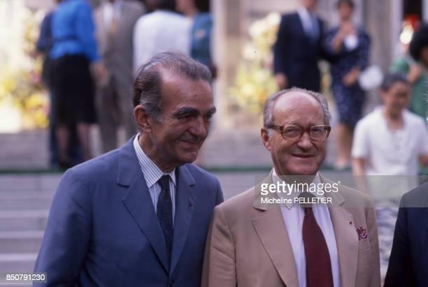 Alain Decaux et Michel Droit lors d'une réception à Matignon le 30 juin 1988 à Paris France