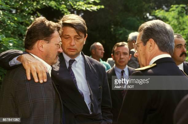 Alain Madelin reconforte le personnel de la clinique psychiatrique apres l'incendie mortel qui a coute la vie a 20 personnes le 25 juin 1993 a Bruz...