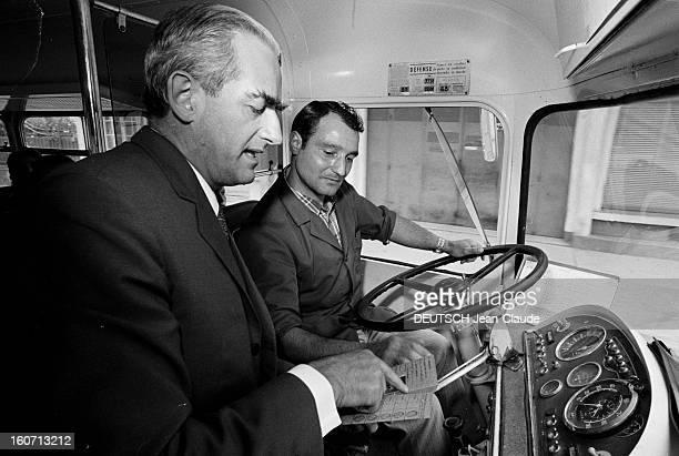 Alain Peyrefitte Mayor Of Provins Opens The Bus Line Provins Champagne En France à Provins le 17 juin 1974 à l'occasion de l'inauguration du service...