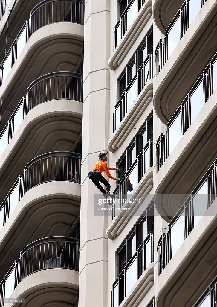 <a gi-track='captionPersonalityLinkClicked' href=/galleries/search?phrase=Alain+Robert+-+Climber&family=editorial&specificpeople=769748 ng-click='$event.stopPropagation()'>Alain Robert</a> aka 'The French Spiderman' climbing the Metropolis Building during their lunch hour on December 11, 2013 in Auckland, New Zealand.
