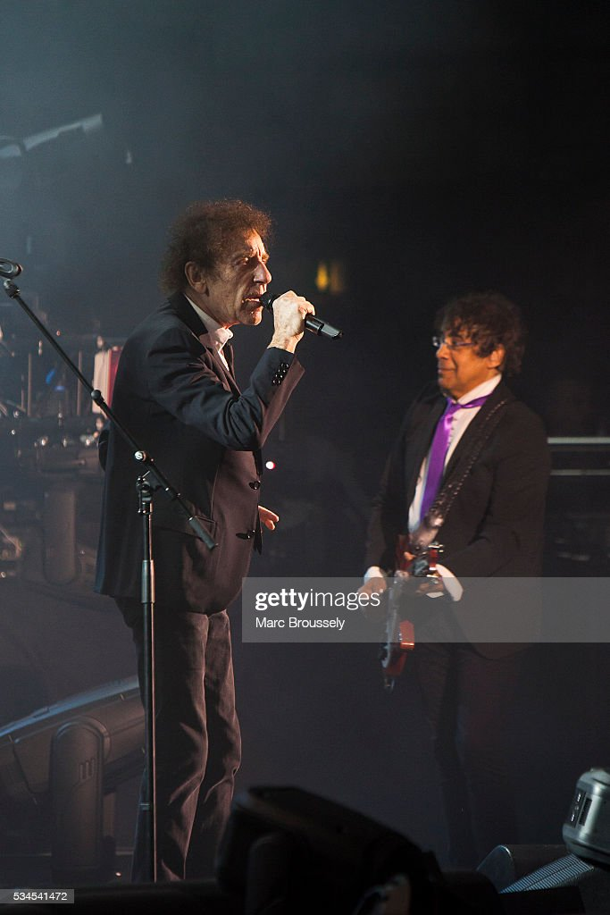 <a gi-track='captionPersonalityLinkClicked' href=/galleries/search?phrase=Alain+Souchon&family=editorial&specificpeople=866908 ng-click='$event.stopPropagation()'>Alain Souchon</a> (L) and Laurent Voulzy perform live on stage at Eventim Apollo on May 26, 2016 in London, England.