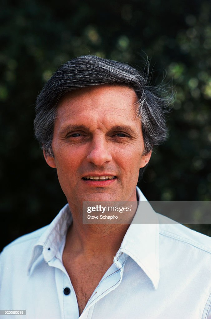 <a gi-track='captionPersonalityLinkClicked' href=/galleries/search?phrase=Alan+Alda&family=editorial&specificpeople=206416 ng-click='$event.stopPropagation()'>Alan Alda</a>