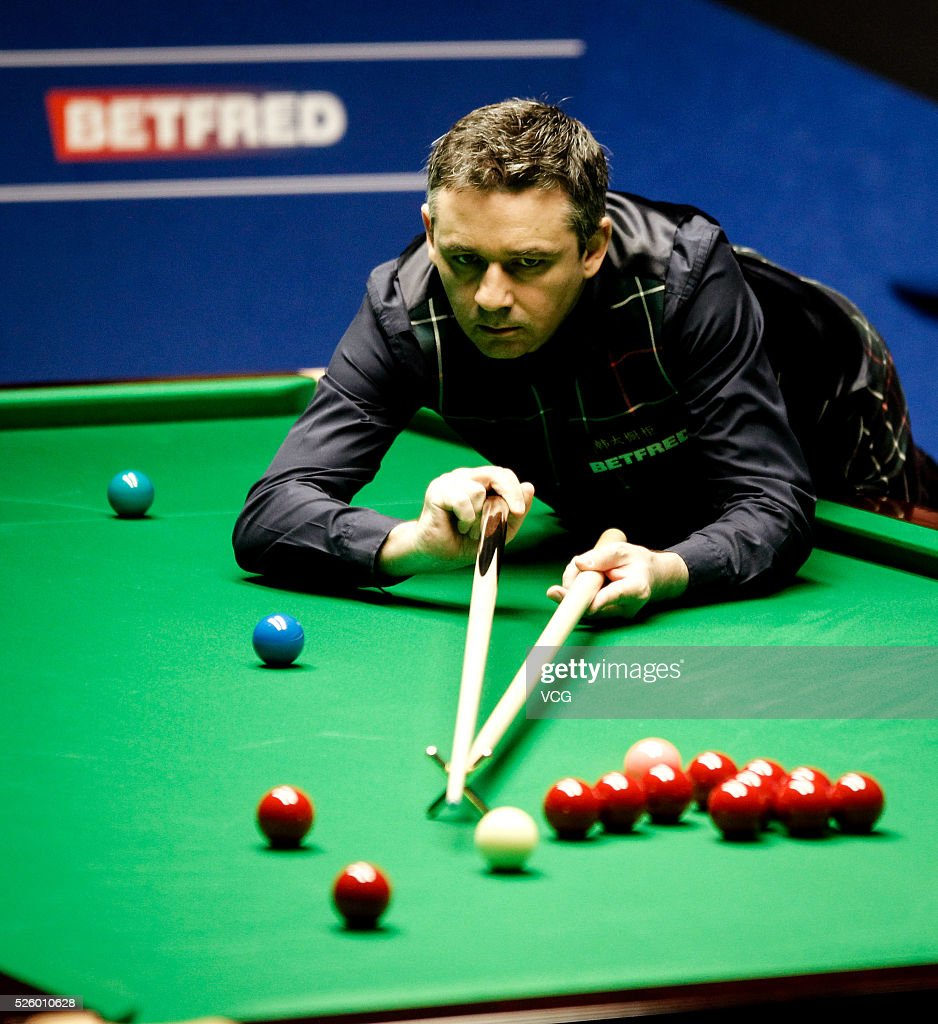 <a gi-track='captionPersonalityLinkClicked' href=/galleries/search?phrase=Alan+McManus&family=editorial&specificpeople=228666 ng-click='$event.stopPropagation()'>Alan McManus</a> of Scotland plays a shot in the second stage of his semi-final against Ding Junhui of China on day fourteen of Betfred World Championship 2016 at The Crucible Theatre on April 29, 2016 in Sheffield, England.