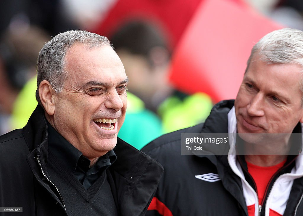 <a gi-track='captionPersonalityLinkClicked' href=/galleries/search?phrase=Alan+Pardew&family=editorial&specificpeople=171147 ng-click='$event.stopPropagation()'>Alan Pardew</a> Manager of Southampton on the right talks with <a gi-track='captionPersonalityLinkClicked' href=/galleries/search?phrase=Avram+Grant&family=editorial&specificpeople=4506029 ng-click='$event.stopPropagation()'>Avram Grant</a> Manager of Portsmouth before the FA Cup sponsored by E.ON fifth round match between Southampton and Portsmouth at St Mary's Stadium on February 13, 2010 in Southampton, England.