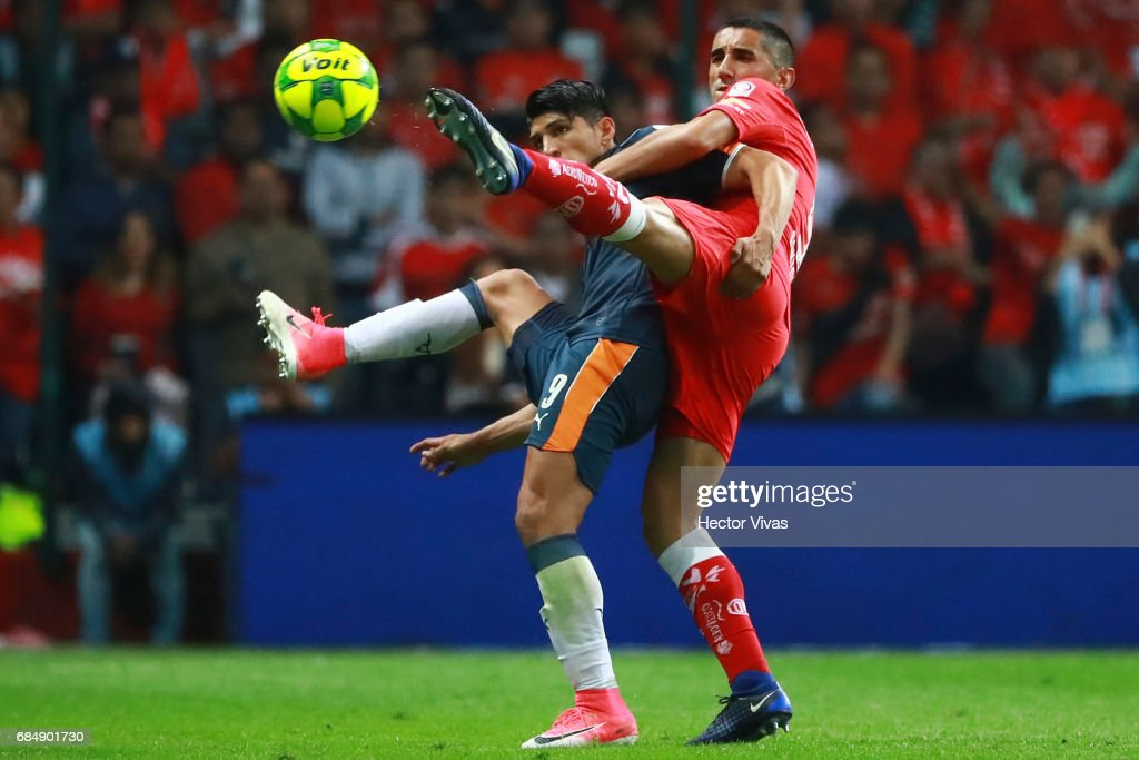 Alan Pulido of Chivas struggles for the ball with Osvaldo Gonzalez of Toluca during the semifinals first leg match between Toluca and Chivas as part of the Torneo Clausura 2017 Liga MX at Nemesio Diez Stadium on May 18, 2017 in Toluca, Mexico.