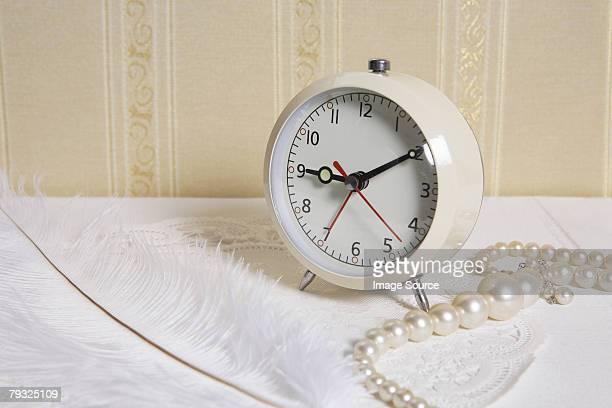 Radio-réveil et un collier en perles