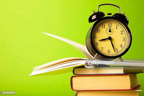Wecker und Bücher