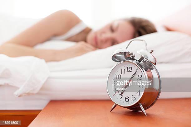 Alarme relógio na Mesa de Cabeceira