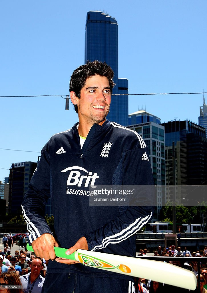 <a gi-track='captionPersonalityLinkClicked' href=/galleries/search?phrase=Alastair+Cook+-+Jogador+de+cr%C3%ADquete&family=editorial&specificpeople=571475 ng-click='$event.stopPropagation()'>Alastair Cook</a> of England smiles during an Ashes fan day at Queensbridge Square on December 23, 2010 in Melbourne, Australia.