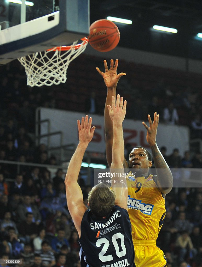Alba Berlin's Deon Thompson (R) vies with Anadolu Efes' Dusko Savanovic (L) during the Euroleague basketball match between Alba Berlin and Anadolu Efes at the Abdi Ipekci Sport Hall in Istanbul on January 11, 2013.
