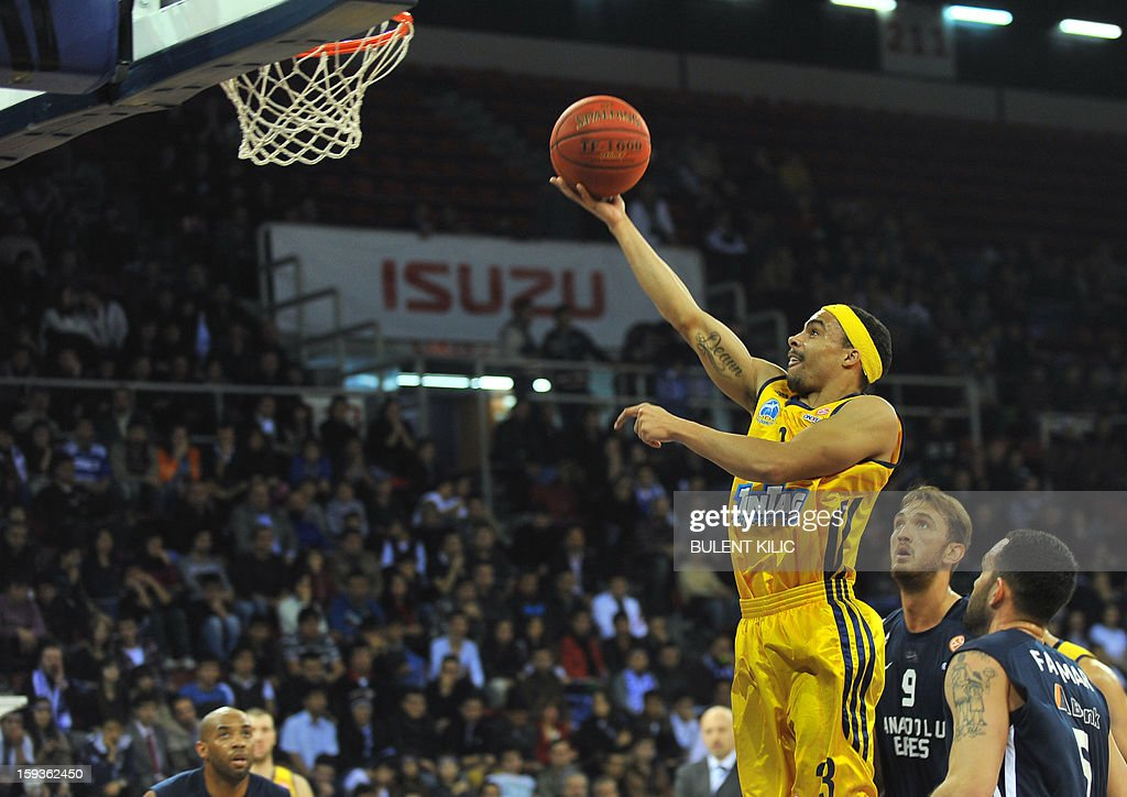 Alba Berlin's Derrick Byars (C) jumps to score a basket as Anadolu Efes' players look on during the Euroleague basketball match between Alba Berlin and Anadolu Efes at the Abdi Ipekci Sport Hall in Istanbul on January 11, 2013. AFP PHOTO/BULENT KILIC