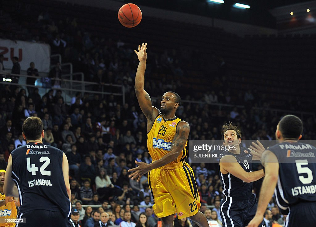 Alba Berlin's Jekel Foster (C) jumps to score a basket as Anadolu Efes players tries to block him during the Euroleague basketball match Alba Berlin vs Anadolu Efes at the Abdi Ipekci Sport Hall in Istanbul on January 11, 2013. AFP PHOTO/BULENT KILIC