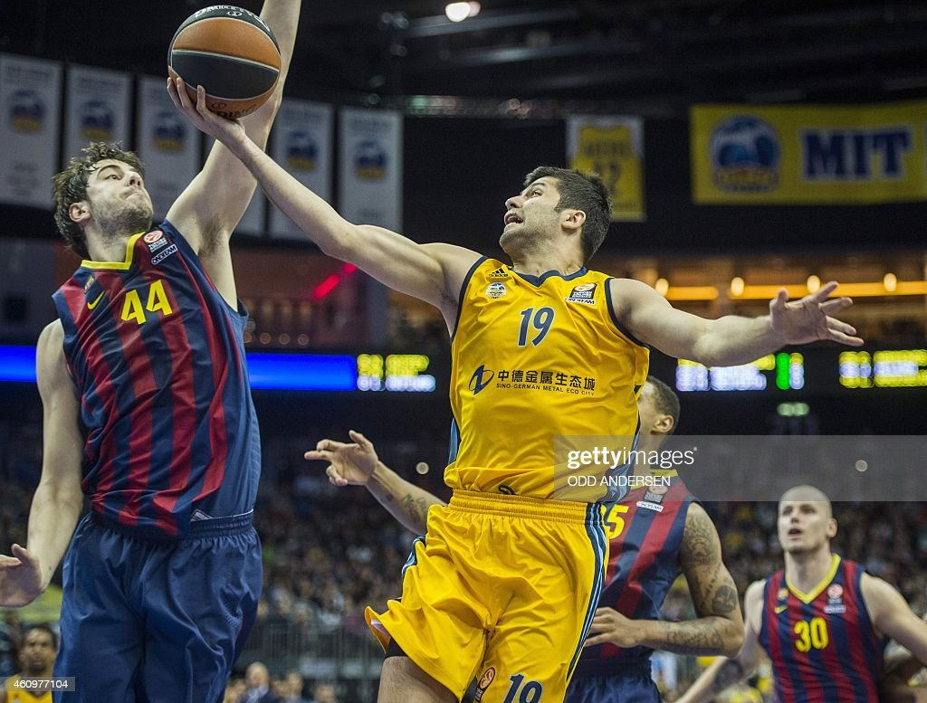 Alba Berlin's Macedonian guard Vojdan Stojanovski (R) and FC Barcelona's Croatian center Ante Tomic vie for the ball during the Euroleague Top 16 Groupe E basketball match Alba Berlin vs FC Barcelona at the O2 Arena in Berlin on January 2, 2015. AFP PHOTO / ODD ANDERSEN