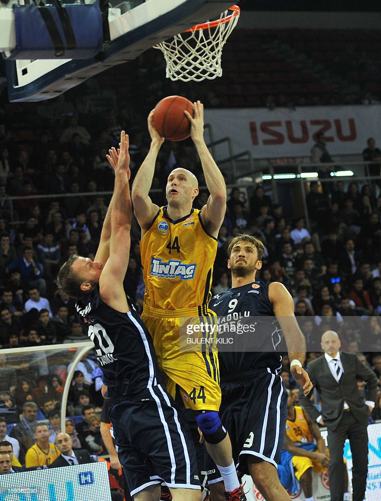 Alba Berlin's Zach Morley (C) vies with Anadolu Efes' Dusko Savanovic (L) and Semih Erden (R) during the Euroleague basketball match between Alba Berlin and Anadolu Efes at the Abdi Ipekci Sport Hall in Istanbul on January 11, 2013.