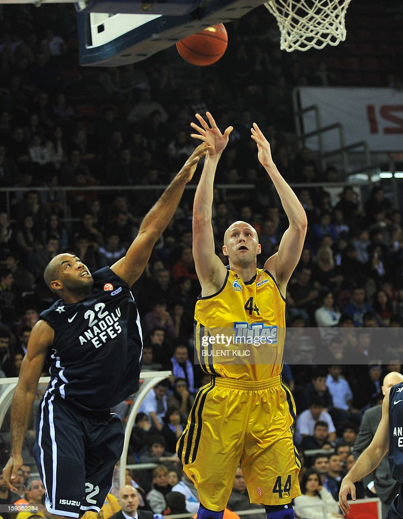 Alba Berlin's Zach Morley (C) vies with Anadolu Efes' Jamon Lucas (L) during the Euroleague basketball match Alba Berlin vs Anadolu Efes at the Abdi Ipekci Sport Hall in Istanbul on January 11, 2013. AFP PHOTO/BULENT KILIC