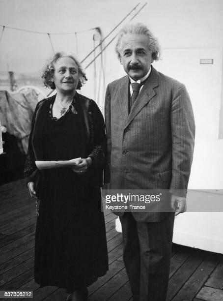 Albert Einstein et sa femme Elsa posent sur le pont du paquebot Belgenland qui les emmène en Californie pour une visite et des conférences le 2...
