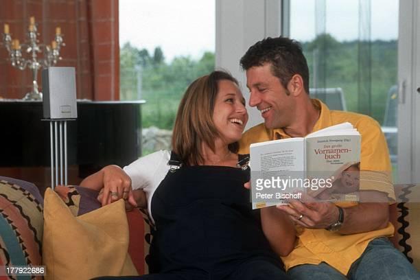 Albert Oberloher Ehefrau Catherine Homestory Bad Abbach Regensburg Bayern Deutschland Europa Wohnzimmer schwanger Babybauch VornamenBuch lesen lachen...
