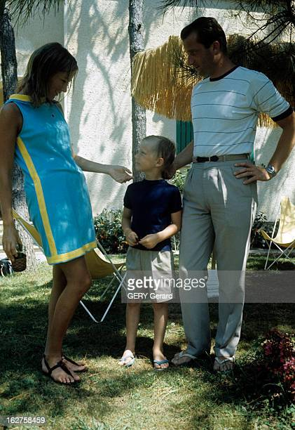 Albert Of Belgium And Paola On Holiday With Their Children In Italy En août 1966 dans le jardin d'une maison de MARINA DI MASSA la princesse PAOLA DE...