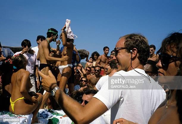 Albert Of Monaco And Roger Moore In SaintTropez En France à SaintTropez le 18 août 1986 le Prince ALBERT DE MONACO en lunettes de soleil dans une...