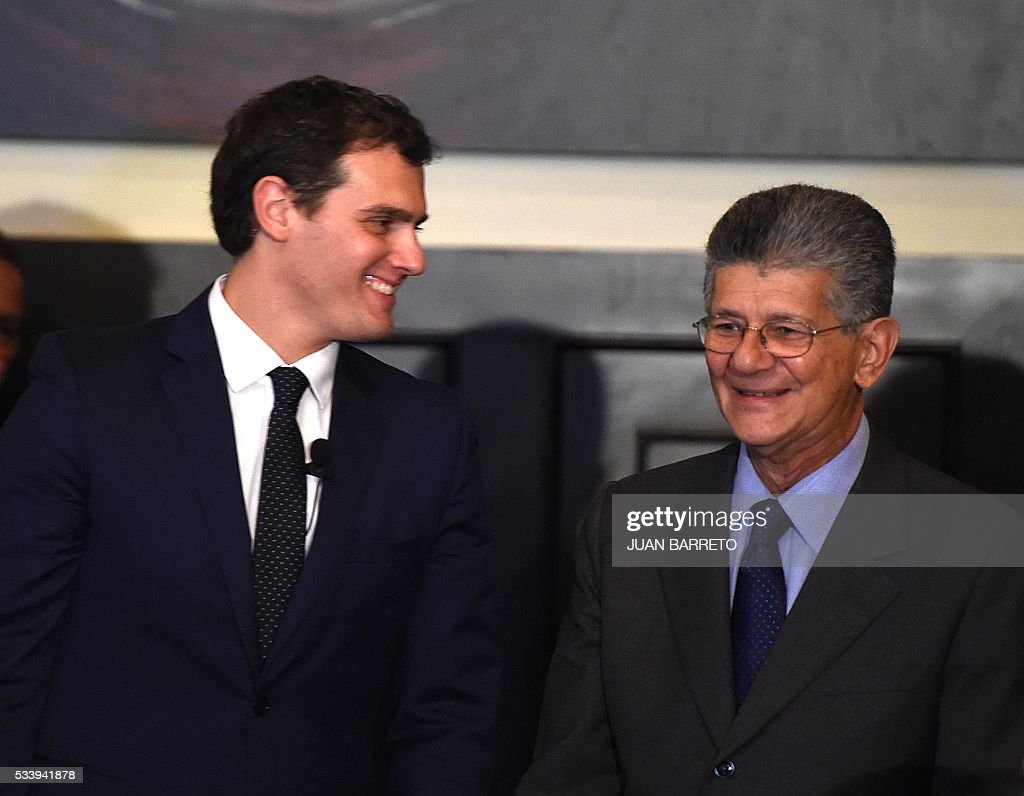 Albert Rivera (L), candidate for prime minister of Spain for the Ciudadanos party on a visit to Venezuela to support the opposition, next to National Assembly President Henry Ramos Allup (R), in the legislature in Caracas on May 24, 2016. / AFP / JUAN