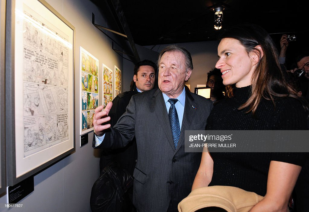 Albert Uderzo (C), French author and illustrator who launched the Asterix comics strip character in 1959 with author Rene Goscinny speaks with France's Culture Minister Aurelie Filippetti, on January 31, 2013 on the opening day of the 40th edition of the Angouleme International Comics Festival in Angouleme, southwestern France. AFP PHOTO / JEAN-PIERRE MULLER