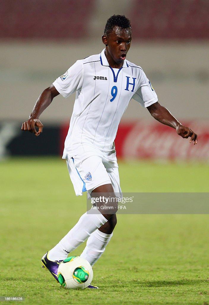 Alberth Elis of Honduras controles the ball during the FIFA U-17 World Cup UAE 2013 Round of 16 match between Honduras and Uzbekistan at Sharjah Stadium on October 28, 2013 in Sharjah, United Arab Emirates.