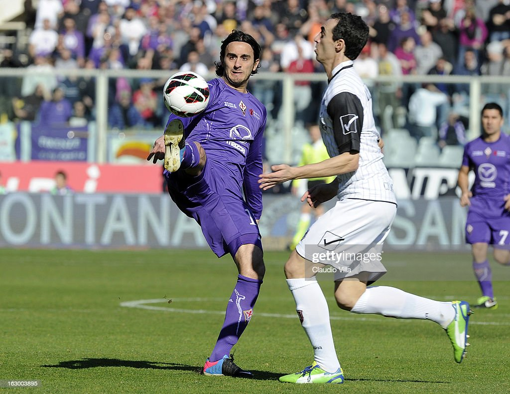 Alberto Aquilani (L) of ACF Fiorentina and Dario Dainelli of AC Chievo Verona compete for the ball during the Serie A match between ACF Fiorentina and AC Chievo Verona at Stadio Artemio Franchi on March 3, 2013 in Florence, Italy.