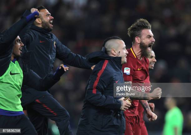 Alberto De Rossi Radja Nainggolan and their teammates of AS Roma celebrate the victory after the Serie A match between AS Roma and SS Lazio at Stadio...
