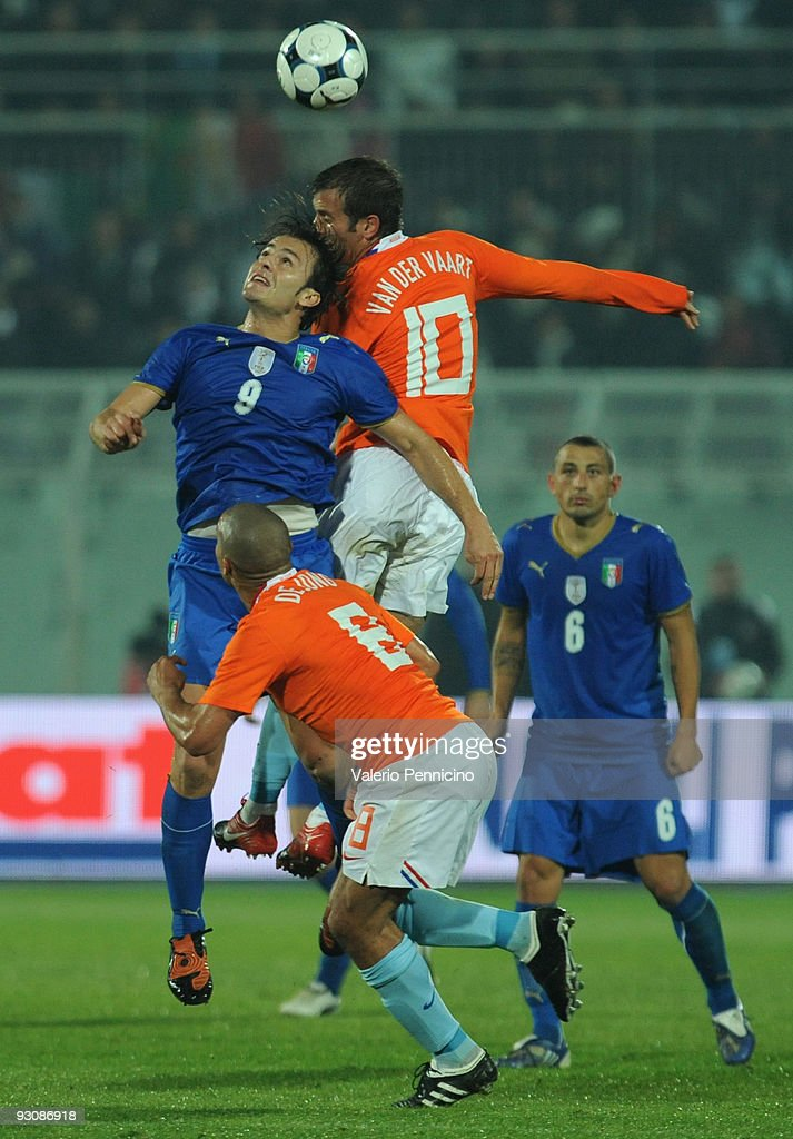 Alberto Gilardino of Italy clashes with Rafael van der Vaart of Holland during the international friendly match between Italy and Holland at Adriatico Stadium on November 14, 2009 in Pescara, Italy.