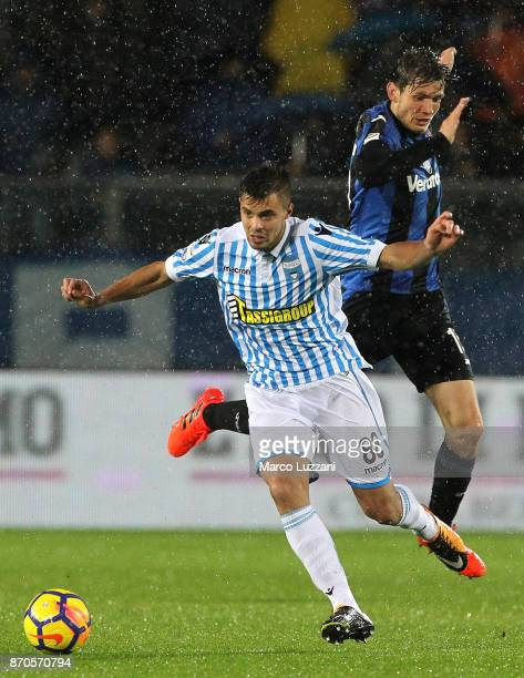 Alberto Grassi of Spal is challenged by Marten De Roon of Atalanta BC during the Serie A match between Atalanta BC and Spal at Stadio Atleti Azzurri...